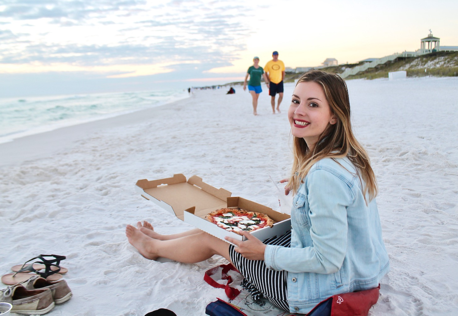 Eating Bud & Alley's Pizza Bar Pizza on the beach in Santa Rosa, FL